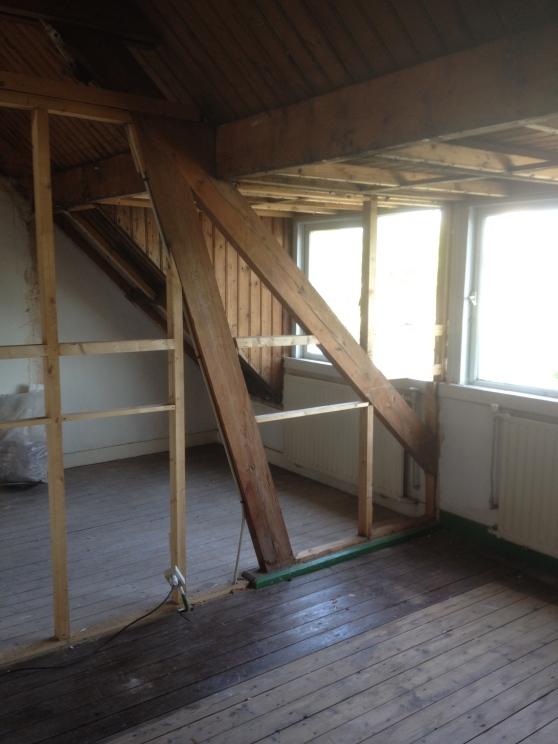 De tussenwand was niet veel meer waard. De plafonds van de zolderkamers zijn er al uit.